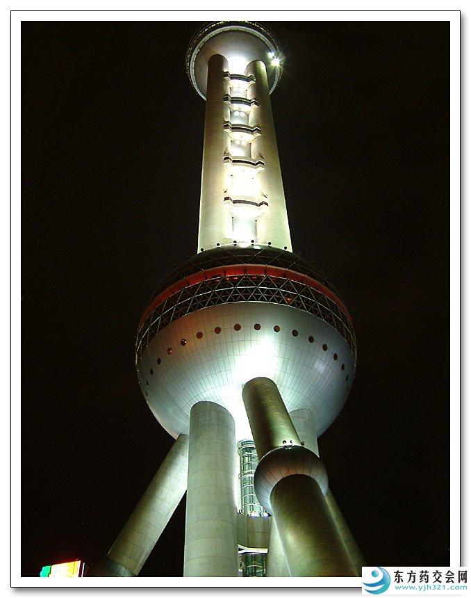 """上海东方明珠广播电视塔 东方明珠广播电视塔坐落于黄浦江畔浦东陆家嘴嘴尖上,与外滩的万国建筑博览群隔江相望。塔高468米,位居亚洲第一、世界第三的高塔和左右两侧的南浦大桥、杨浦大桥一起,形成双龙戏珠之势,成为上海改革开放的象征。东方明珠广播电视塔的设计者富于幻想地将十一个大小不一、高低错落的球体从蔚蓝的空中串联到如茵的绿色草地上,两个巨大球体宛如两颗红宝石,晶莹夺目,与塔下世界一流的上海国际会议中心(1999财富论坛上海年会主会场)的两个地球球体,构成了充满""""大珠小珠落玉盘""""诗情画意"""